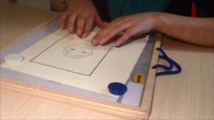 De Feuerstein Tactile werkbladen hebben reliëf, waardoor je de lijnen kunt voelen
